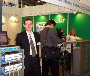 Инженер Poplar Systems Леонид Миренков демонстрирует маршрутизаторы Juniper